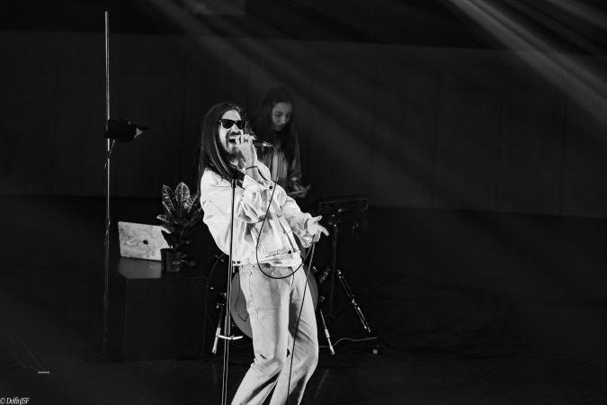 """Carlos Sadness, uno de los artistas alternativos más internacionales el momento, presentó el pasado 16 de octubre, en el Auditorio de Zaragoza, su nuevo disco """"Tropical Jesus"""". En un espacio que contaba con todas las medidas de seguridad requeridas en estos tiempos, el artista contaba con una sala prácticamente llena."""